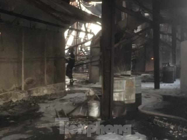 Cháy lớn ở công ty gỗ rộng 2.000m2 tại Bình Dương - Ảnh 3.