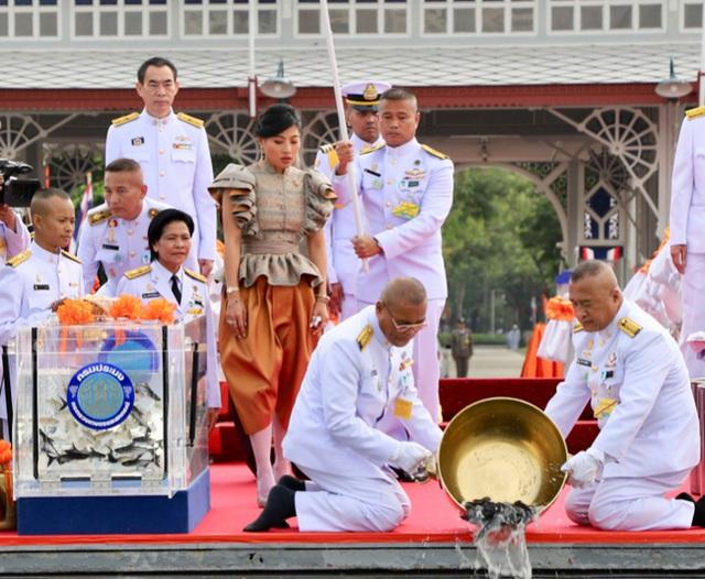 Hai nàng công chúa khác nhau một trời một vực của Hoàng gia Thái Lan: Người dịu dàng chuẩn mực, người nổi loạn cá tính - Ảnh 4.