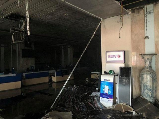 Cháy tại tòa nhà cao tầng chi nhánh ngân hàng BIDV, khoảng 60 người thoát ra ngoài an toàn  - Ảnh 4.