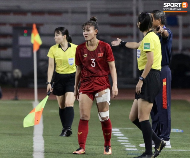 Fan xót xa hình ảnh tuyển thủ nữ Việt Nam rách đùi, băng gối vẫn lăn xả tranh bóng: Dù sao đấy cũng là một cô gái thôi mà - Ảnh 5.