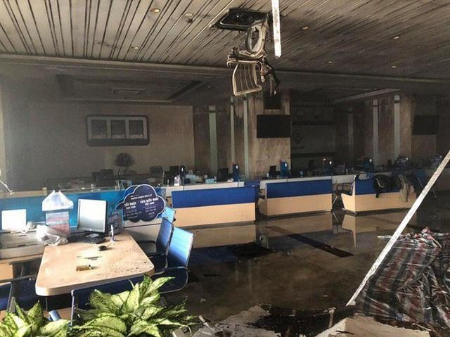 Cháy tại tòa nhà cao tầng chi nhánh ngân hàng BIDV, khoảng 60 người thoát ra ngoài an toàn  - Ảnh 6.