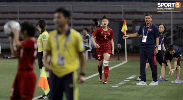 Fan xót xa hình ảnh tuyển thủ nữ Việt Nam rách đùi, băng gối vẫn lăn xả tranh bóng: Dù sao đấy cũng là một cô gái thôi mà - Ảnh 8.
