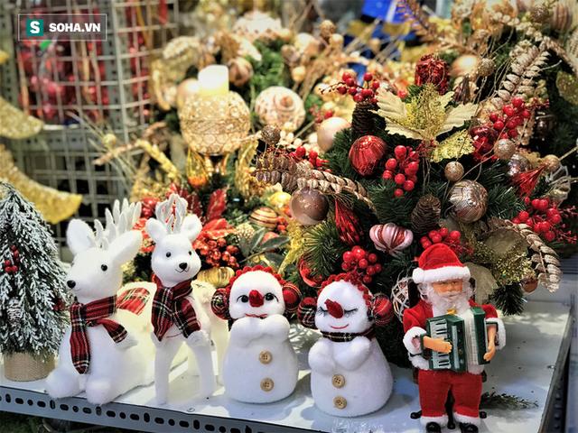 """Tất bật """"nặn"""" người tuyết dịp Noel, người dân phố cổ thu chục triệu mỗi ngày - Ảnh 13."""