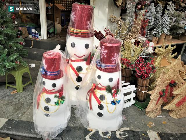 """Tất bật """"nặn"""" người tuyết dịp Noel, người dân phố cổ thu chục triệu mỗi ngày - Ảnh 10."""