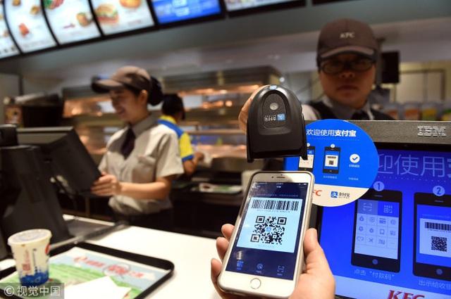 Dở khóc dở cười với xã hội không tiền mặt ở Trung Quốc: Quét mã QR đã được mở rộng cho người nước ngoài nhưng thường xuyên lỗi - Ảnh 1.