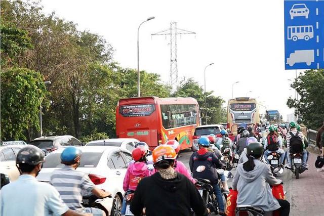 Người dân ùn ùn về quê ăn Tết, cửa ngõ Sài Gòn kẹt cứng - Ảnh 1.