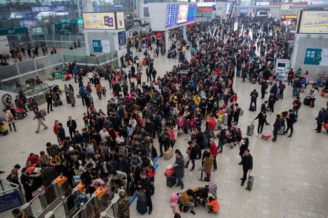 Mùa xuân vận của Trung Quốc: Hàng trăm triệu người nghìn nghịt đổ về quê ăn Tết, chen chúc nhau khắp ga tàu, bến bãi - Ảnh 1.