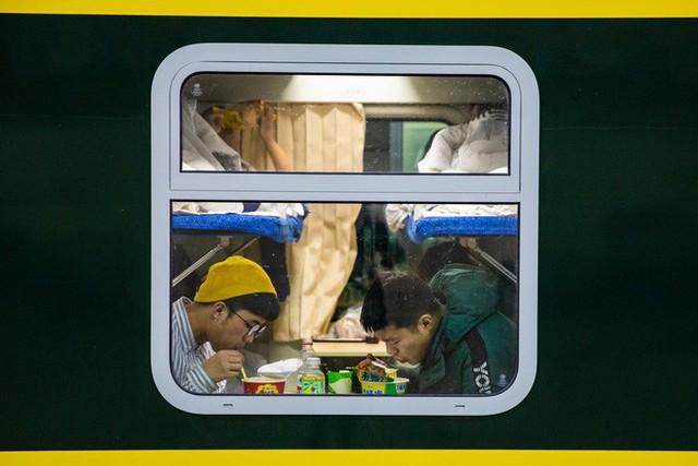 Mùa xuân vận của Trung Quốc: Hàng trăm triệu người nghìn nghịt đổ về quê ăn Tết, chen chúc nhau khắp ga tàu, bến bãi - Ảnh 11.