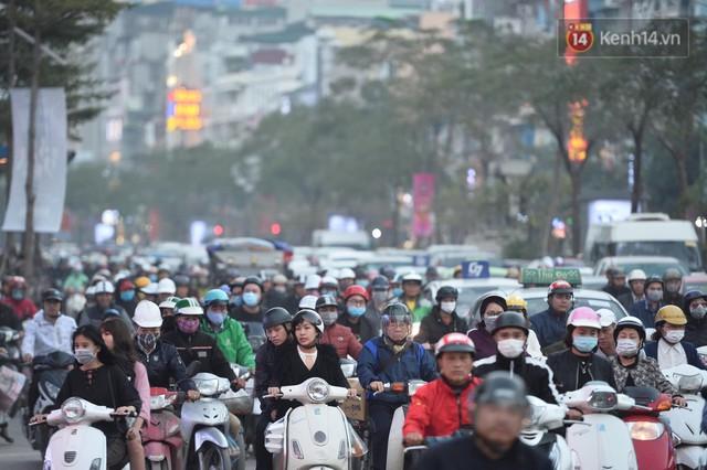Kết thúc ngày làm việc cuối cùng của năm cũ: Người người vượt khói bụi kẹt xe, hân hoan về quê ăn Tết - Ảnh 16.