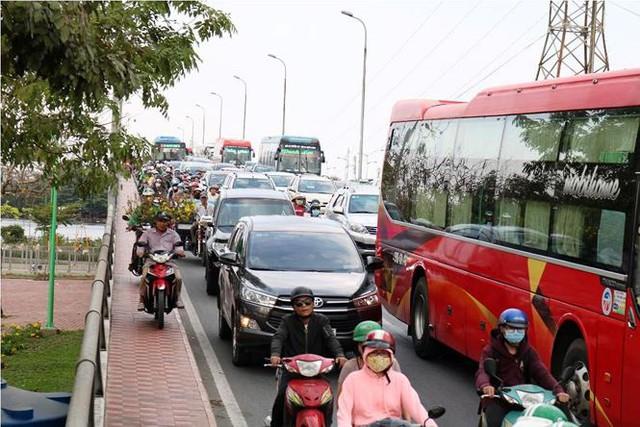 Người dân ùn ùn về quê ăn Tết, cửa ngõ Sài Gòn kẹt cứng - Ảnh 2.