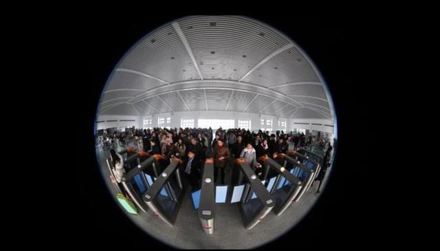Mùa xuân vận của Trung Quốc: Hàng trăm triệu người nghìn nghịt đổ về quê ăn Tết, chen chúc nhau khắp ga tàu, bến bãi - Ảnh 3.
