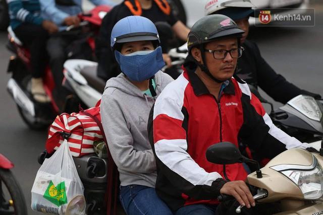 Kết thúc ngày làm việc cuối cùng của năm cũ: Người người vượt khói bụi kẹt xe, hân hoan về quê ăn Tết - Ảnh 25.