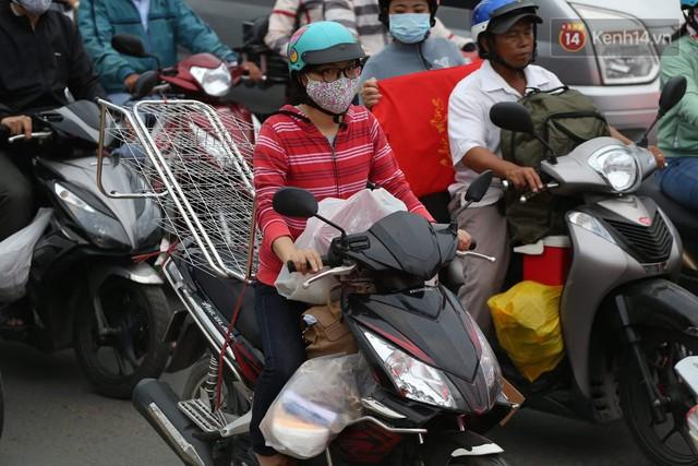 Kết thúc ngày làm việc cuối cùng của năm cũ: Người người vượt khói bụi kẹt xe, hân hoan về quê ăn Tết - Ảnh 29.