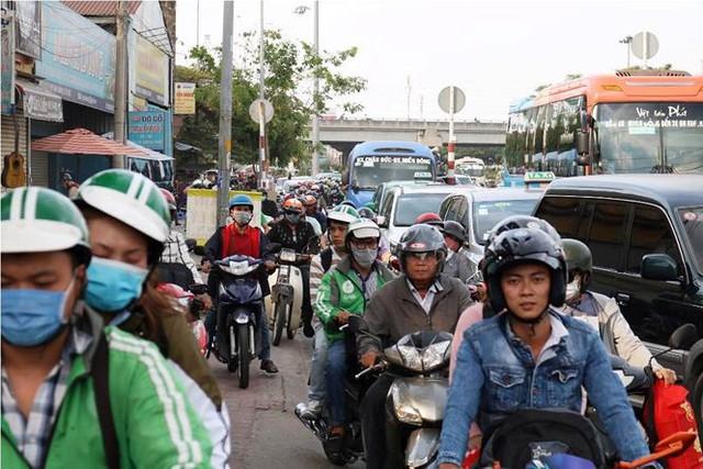 Người dân ùn ùn về quê ăn Tết, cửa ngõ Sài Gòn kẹt cứng - Ảnh 3.
