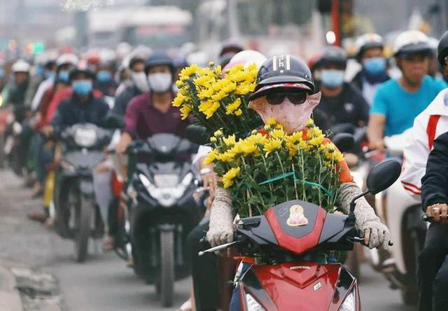 Kết thúc ngày làm việc cuối cùng của năm cũ: Người người vượt khói bụi kẹt xe, hân hoan về quê ăn Tết - Ảnh 31.