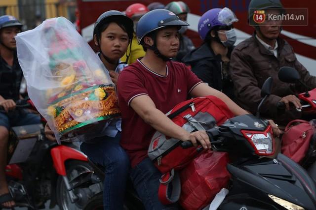 Kết thúc ngày làm việc cuối cùng của năm cũ: Người người vượt khói bụi kẹt xe, hân hoan về quê ăn Tết - Ảnh 32.