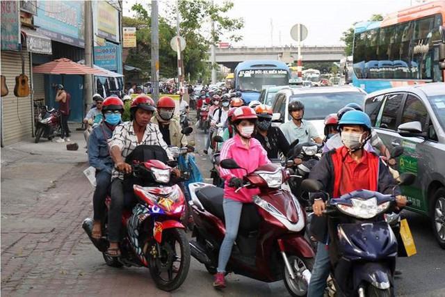 Người dân ùn ùn về quê ăn Tết, cửa ngõ Sài Gòn kẹt cứng - Ảnh 4.