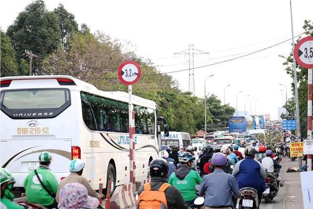 Người dân ùn ùn về quê ăn Tết, cửa ngõ Sài Gòn kẹt cứng - Ảnh 5.