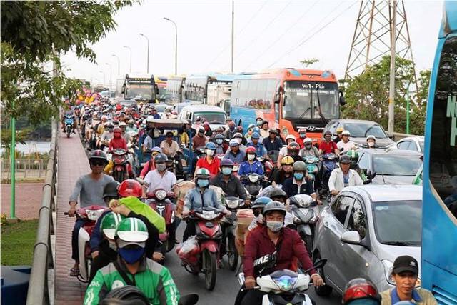 Người dân ùn ùn về quê ăn Tết, cửa ngõ Sài Gòn kẹt cứng - Ảnh 6.