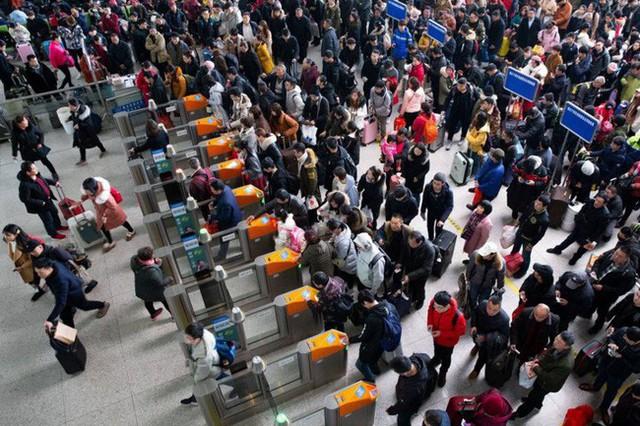Mùa xuân vận của Trung Quốc: Hàng trăm triệu người nghìn nghịt đổ về quê ăn Tết, chen chúc nhau khắp ga tàu, bến bãi - Ảnh 7.