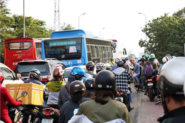 Người dân ùn ùn về quê ăn Tết, cửa ngõ Sài Gòn kẹt cứng - Ảnh 7.