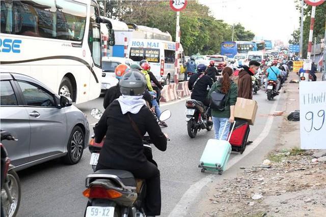 Người dân ùn ùn về quê ăn Tết, cửa ngõ Sài Gòn kẹt cứng - Ảnh 9.
