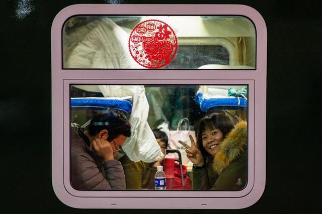 Mùa xuân vận của Trung Quốc: Hàng trăm triệu người nghìn nghịt đổ về quê ăn Tết, chen chúc nhau khắp ga tàu, bến bãi - Ảnh 10.