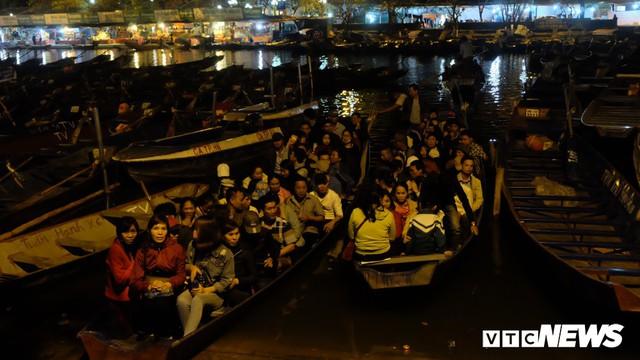 Hàng ngàn du khách bất chấp đêm tối cập bến chùa Hương ngày khai hội - Ảnh 1.