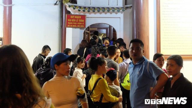 Hàng ngàn du khách bất chấp đêm tối cập bến chùa Hương ngày khai hội - Ảnh 2.