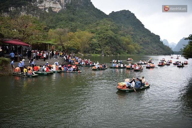 Hàng dài người xếp hàng lên thuyền đi thăm Tràng An - Ảnh 2.