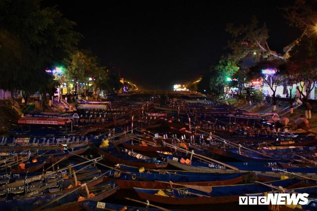 Hàng ngàn du khách bất chấp đêm tối cập bến chùa Hương ngày khai hội - Ảnh 11.