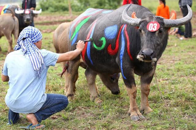 Biển người chen chân dưới nắng nóng ở chùa Hương, dân đứng kín đường ném lì xì cho ông lợn - Ảnh 12.