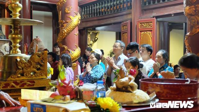 Hàng ngàn du khách bất chấp đêm tối cập bến chùa Hương ngày khai hội - Ảnh 3.