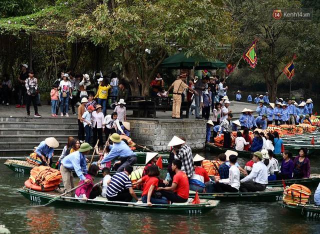 Hàng dài người xếp hàng lên thuyền đi thăm Tràng An - Ảnh 3.