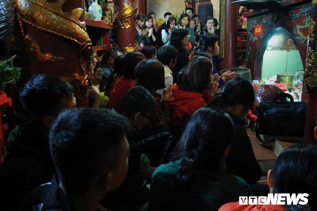 Hàng ngàn du khách bất chấp đêm tối cập bến chùa Hương ngày khai hội - Ảnh 4.