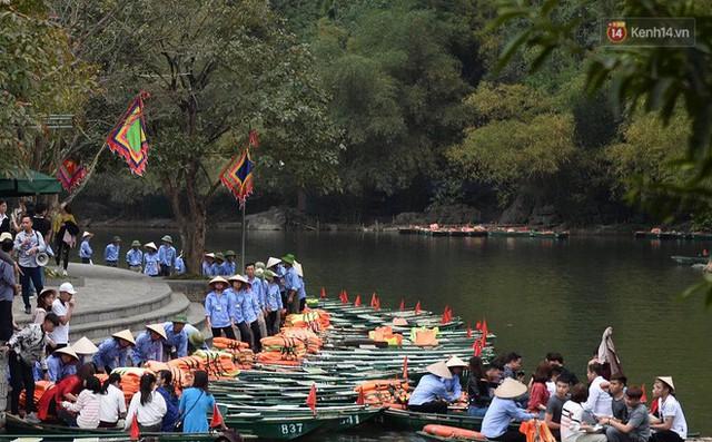 Hàng dài người xếp hàng lên thuyền đi thăm Tràng An - Ảnh 4.