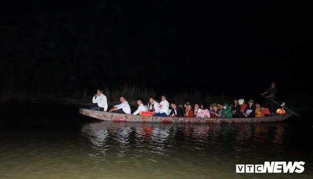 Hàng ngàn du khách bất chấp đêm tối cập bến chùa Hương ngày khai hội - Ảnh 5.