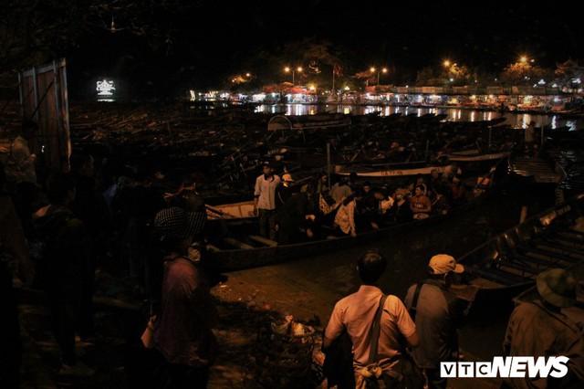 Hàng ngàn du khách bất chấp đêm tối cập bến chùa Hương ngày khai hội - Ảnh 6.