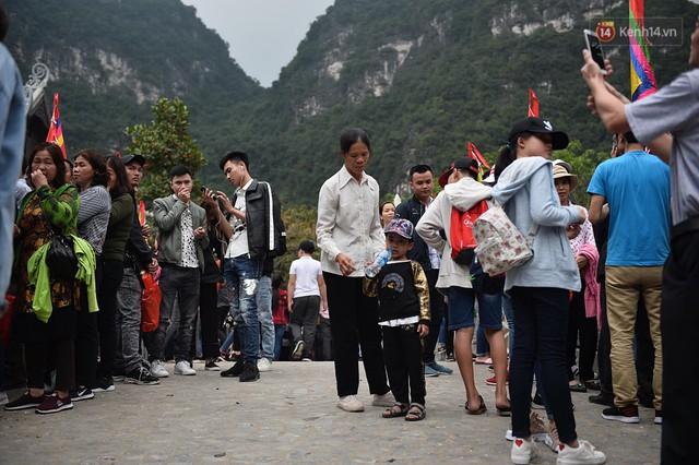 Hàng dài người xếp hàng lên thuyền đi thăm Tràng An - Ảnh 6.
