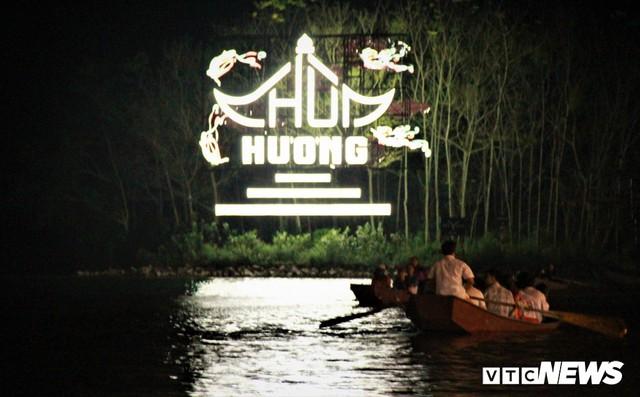 Hàng ngàn du khách bất chấp đêm tối cập bến chùa Hương ngày khai hội - Ảnh 7.