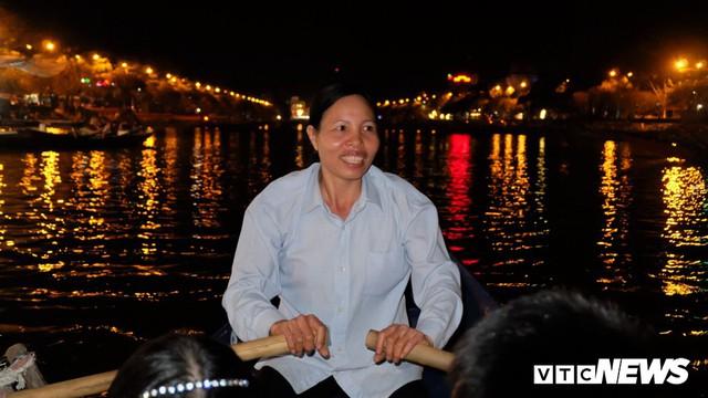 Hàng ngàn du khách bất chấp đêm tối cập bến chùa Hương ngày khai hội - Ảnh 8.