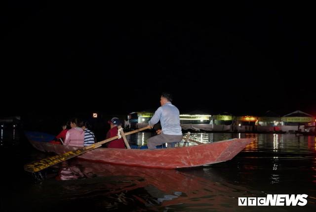 Hàng ngàn du khách bất chấp đêm tối cập bến chùa Hương ngày khai hội - Ảnh 9.