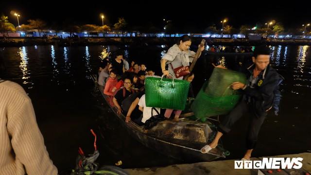 Hàng ngàn du khách bất chấp đêm tối cập bến chùa Hương ngày khai hội - Ảnh 10.