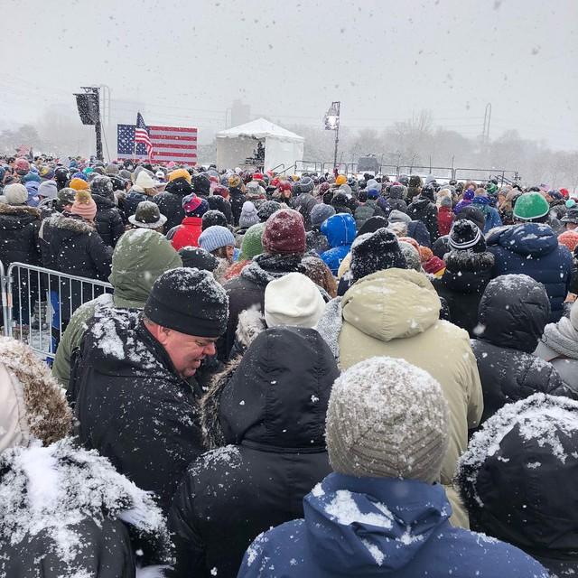 Nữ Thượng nghị sỹ đội tuyết dày tuyên bố tham vọng đẩy ông Trump khỏi Nhà Trắng - Ảnh 9.