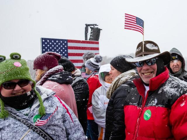 Nữ Thượng nghị sỹ đội tuyết dày tuyên bố tham vọng đẩy ông Trump khỏi Nhà Trắng - Ảnh 2.
