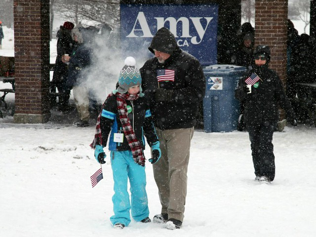 Nữ Thượng nghị sỹ đội tuyết dày tuyên bố tham vọng đẩy ông Trump khỏi Nhà Trắng - Ảnh 4.