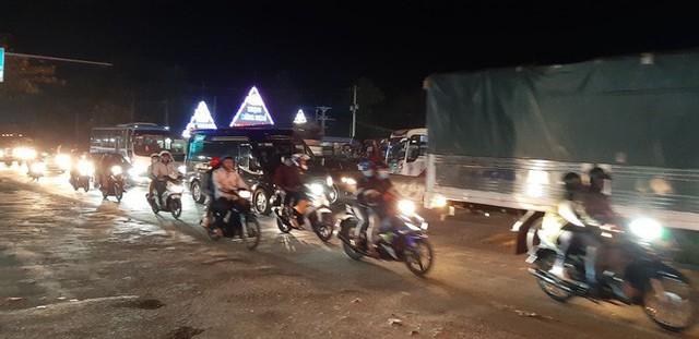 Hàng ngàn người rồng rắn chạy xe suốt đêm về TP Hồ Chí Minh cho kịp ngày đi làm đầu tiên sau Tết - Ảnh 1.
