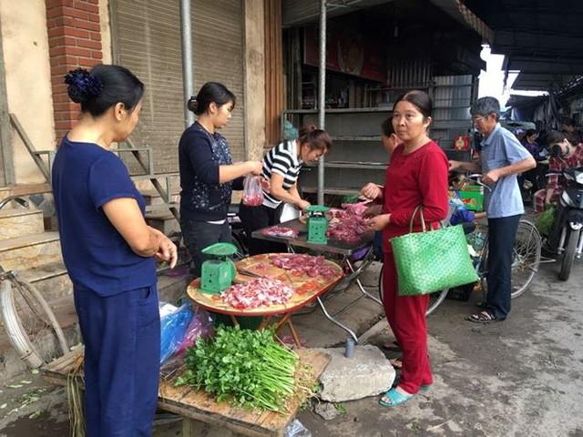 Rau xanh, hoa tươi ở Hà Nội rớt giá thê thảm sau Tết - Ảnh 3.