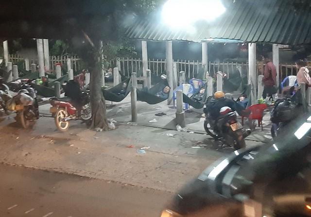 Hàng ngàn người rồng rắn chạy xe suốt đêm về TP Hồ Chí Minh cho kịp ngày đi làm đầu tiên sau Tết - Ảnh 3.
