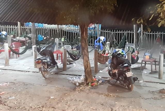 Hàng ngàn người rồng rắn chạy xe suốt đêm về TP Hồ Chí Minh cho kịp ngày đi làm đầu tiên sau Tết - Ảnh 4.